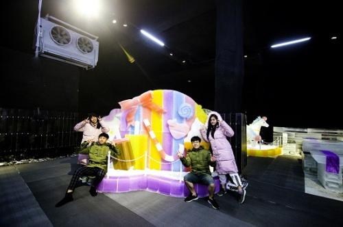 Khám phá tầng hai Hello Igloo, du khách sẽ được tham quan khu vui chơi giải trí công nghệ Virtual Reality - Công nghệ thực tế ảo hiện đại với 6 máy chuyển động, đem lại cảm giác sống động như thật.