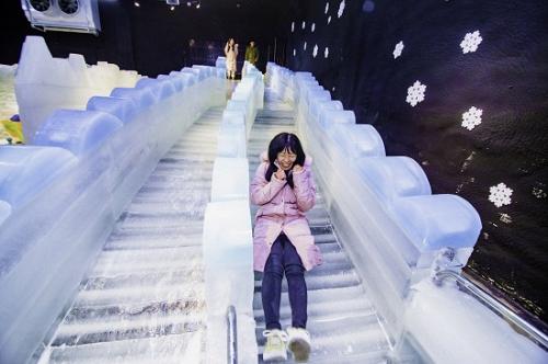 Bên cạnh đó, du khách còn được chơi cầu trượt bằng băng khổng lồ. 2 chiếc cầu trượt được làm bằng băng 100% dành cho cả người lớn và trẻ em.