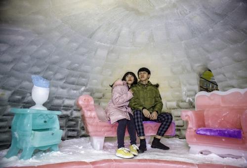 Vui chơi trong khu nhà băng, du khách sẽ được trải nghiệm cảm giác lạnh buốt như đang lạc vào khu vườn cổ tích bằng băng tuyết.