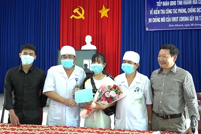 Lãnh đạo Bệnh viện Bệnh nhiệt đới tỉnh Khánh Hoà đã trao tặng hoa và giấy ra viện cho chị  L.T.T.H.