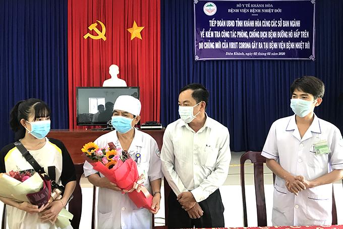 Đại diện UBND tình Khánh Hòa tặng hoa cho chị  L.T.T.H.
