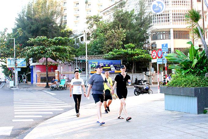 Khách du lịch dạo phố Nha Trang.