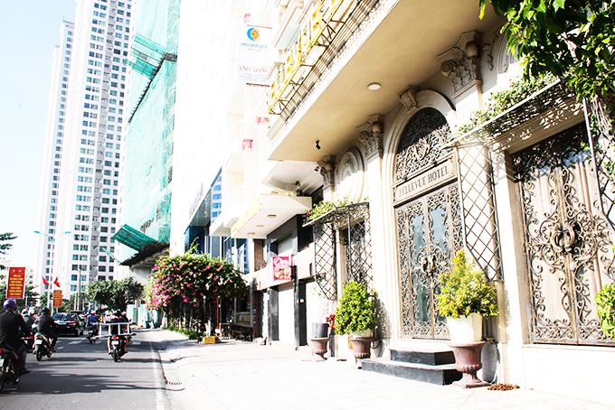 Nhiều khách sạn trên đường Phạm Văn Đồng, TP. Nha Trang đóng cửa vì không có khách.