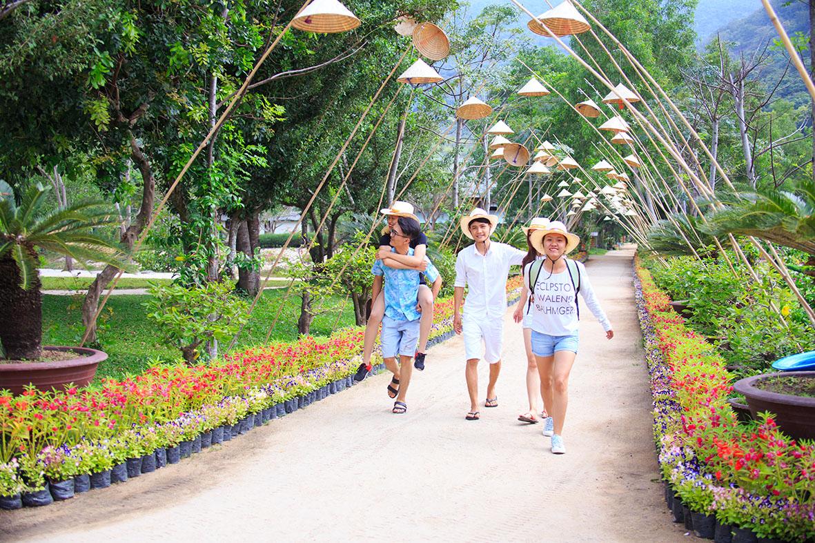 Du khách khám phá Khu du lịch Đảo Hoa Lan