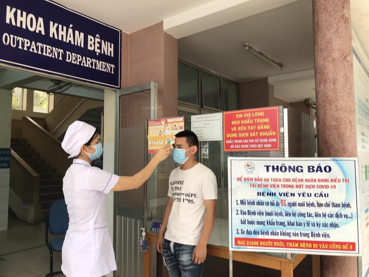 Đo thân nhiệt cho người đến khám bệnh tại Bệnh viện Đa khoa tỉnh Khánh Hoà