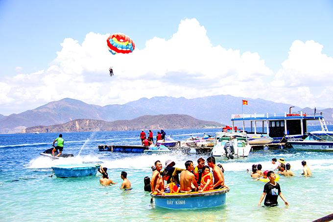Khách du lịch vui chơi trên vịnh Nha Trang.