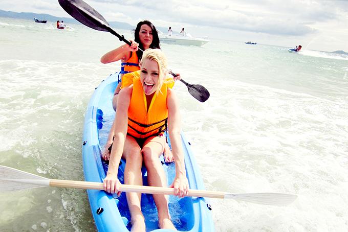 Khách du lịch nước ngoài vui chơi tại bãi biển Dốc Lết.