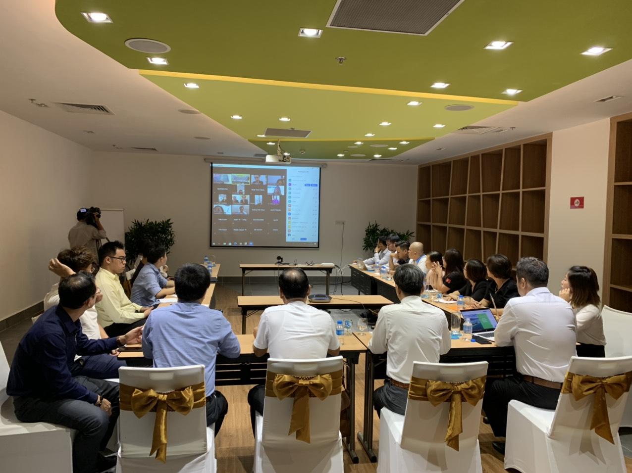 Lãnh đạo Sở Du lịch và các doanh nghiệp du lịch Khánh Hòa trao đổi với các doanh nghiệp trong cả nước qua hệ thống zoom webinar