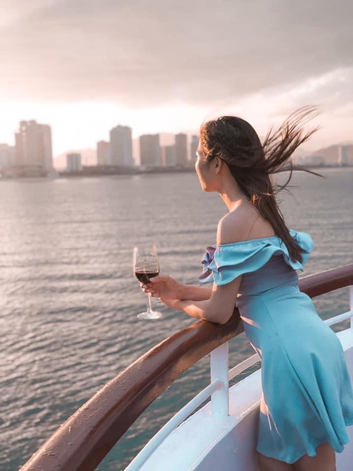 Du khách ngắm hoàng hôn trên vịnh Nha Trang từ du thuyền Sealife