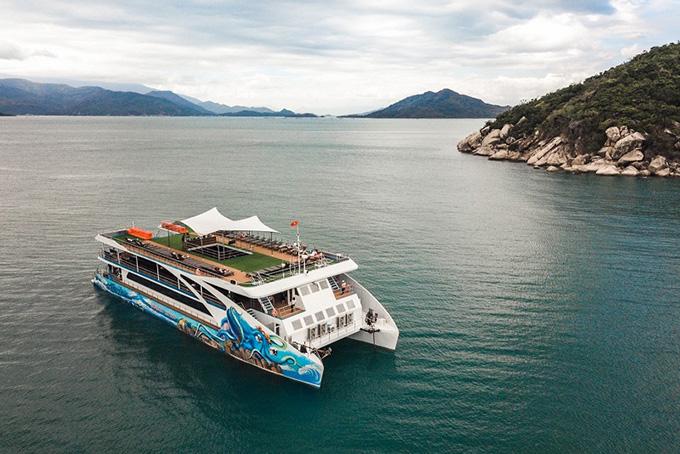 Du thuyền Seacat Catamaran đưa du khách khám phá hải trình ngắm vịnh thiên đường Nha Trang.