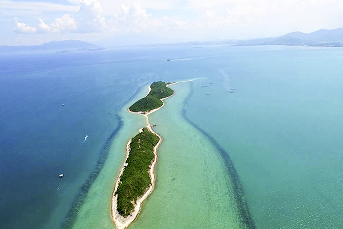 Con đường đi bộ trên biển ở Điệp Sơn.
