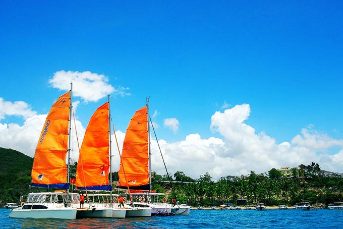 Tour thuyền buồm Catamaran khám phá vịnh Nha Trang - sản phẩm mới của du lịch Khánh Hòa.