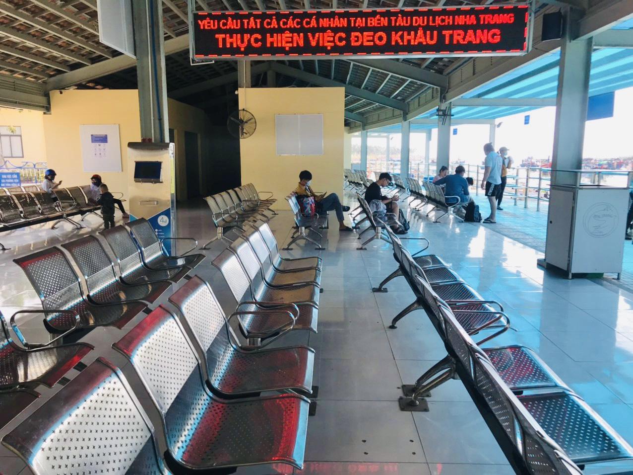 Nhà chờ của Bến tàu Du lịch Nha Trang vắng hoe trong ngày mùng 3 Tết Tân Sửu 2021
