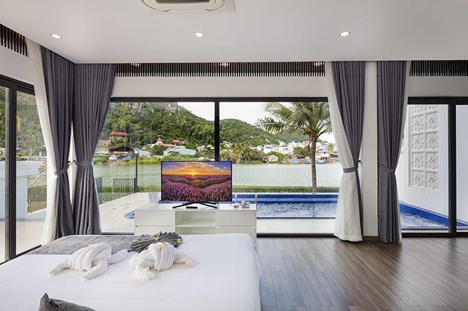 Phòng ngủ của biệt thự ở Cham Oasis của KDL Champa Island Nha Trang có view nhìn ra cửa sông tuyệt đẹp