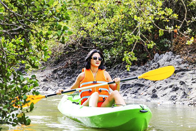 Khách du lịch khám phá rừng ngập mặn bằng thuyền kayak ở Khu du lịch Đảo Hoa Lan.