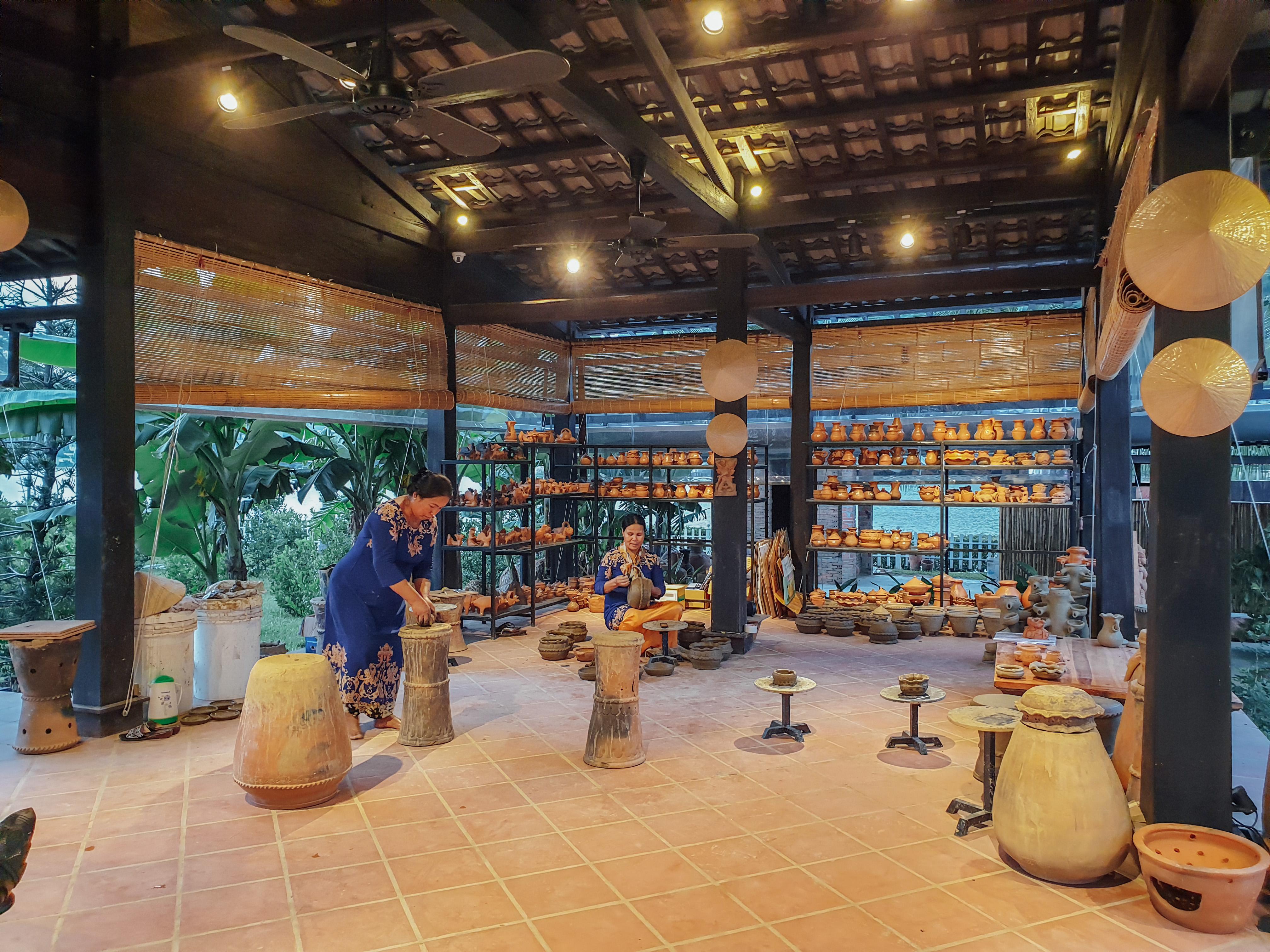 Nghệ nhân người Chăm trình diễn kỹ thuật làm gốm Chăm truyền thống tại Champa Island Nha Trang. (Ảnh chụp trước dịch Covid-19)