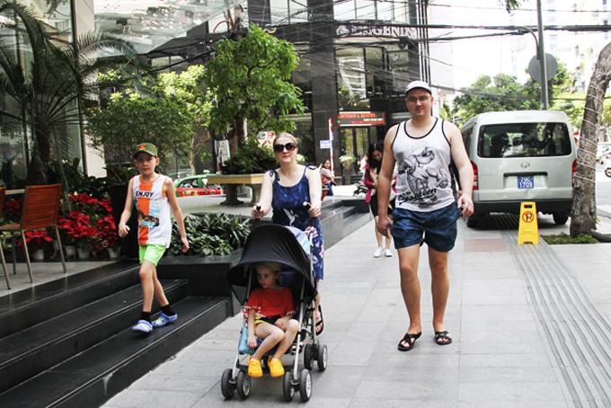Khách du lịch Nga dạo phố Nha Trang (ảnh chụp đầu năm 2020).